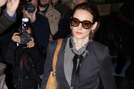Schauspielerin Lavinia Wilson als Anwältin Leo Roth vor Meute von Fotografen- erstes Foto für Presse